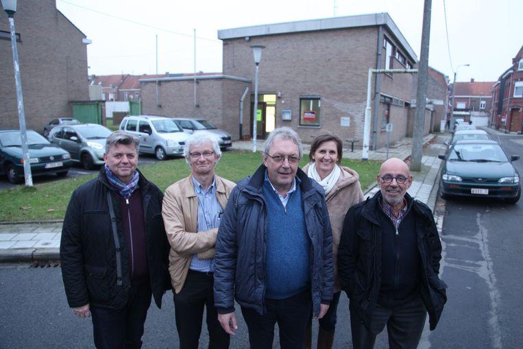 Het team van ELG De Piramide met directeur Peter Depoot en de vier artsen Geert Van Den Eynde, Carl De Rycke, Greet Vandeweege en Claude Van Keirsbilck voor de oude kazerne.