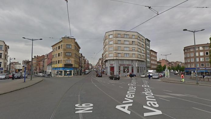 Le policier à vélo a été percuté par un camion à Anderlecht, au croisement de la rue Wayez (au centre) et de l'avenue Vander Bruggen (à droite)