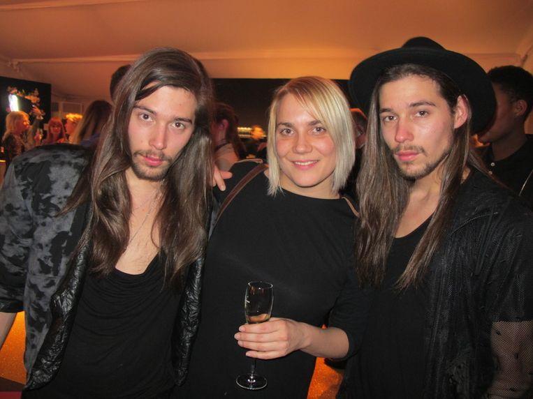Ontwerpende tweelingbroertjes Sander en Maurice de Graaf (r), met in het midden Judith. <br /> Beeld null