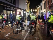 Politie getrakteerd op lekkere koeken als dank voor optreden tegen relschoppers