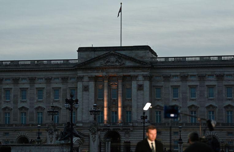 De media bij Buckingham Palace, residentie van de Britse Queen Elizabeth II. Beeld AFP