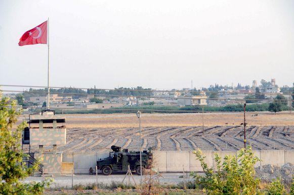 Een Turkse militaire patrouille aan de Turkse kant van de grens met Syrië.