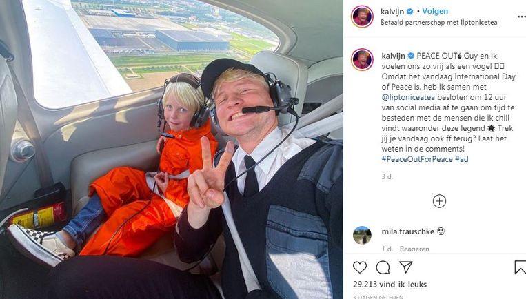 Youtuber Kalvijn neemt even pauze, met Lipton Ice Tea. Beeld Instagram