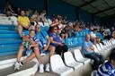 Publiek op de tribunes bij De Graafschap tegen Telstar. Eindelijk kon het weer. Ook als familie-uitje.