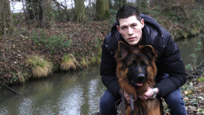 Alain is beretrots op zijn hond Vito, die een drenkeling rook.