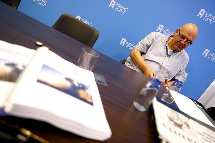 Klokkenluider Paul van Buitenen bood de resultaten van zijn onderzoek naar de vuurwerkramp vorige week aan in Nieuwspoort
