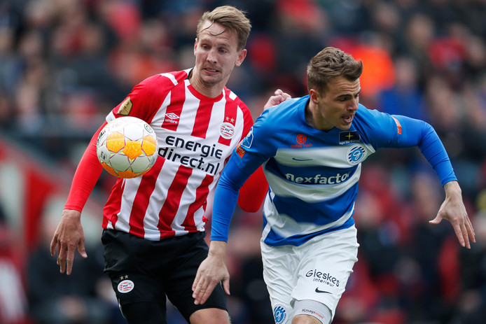 De Graafschap-verdediger Lars Nieuwpoort (rechts) in duel met PSV'er Luuk de Jong.