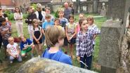 Schoolkinderen waken over grafstenen op oud kerkhof