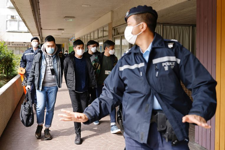 Prodemocratische activist Lester Shum wordt door politieagenten meegenomen. Beeld REUTERS