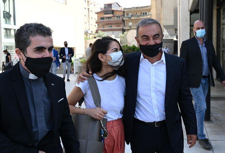 Eind september 2020: met zijn dochter Maya bij het verlaten van de Universiteit van de Heilige Geest in Younieh, even ten noorden van Beiroet. Ghosn geeft er een cursus management.  Beeld BELGAIMAGE