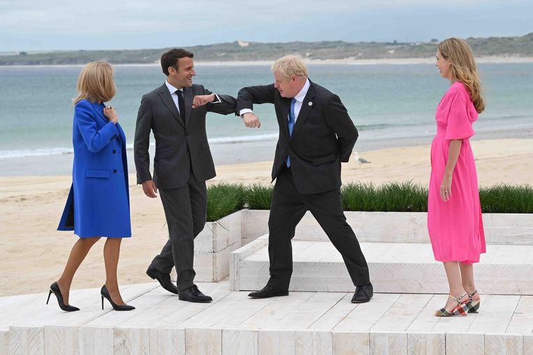 Gastheer Boris Johnson begroet met zijn vrouw Carrie de Franse president Emmanuel Macron en zijn vrouw Brigitte in Carbis Bay.  Beeld Getty Images