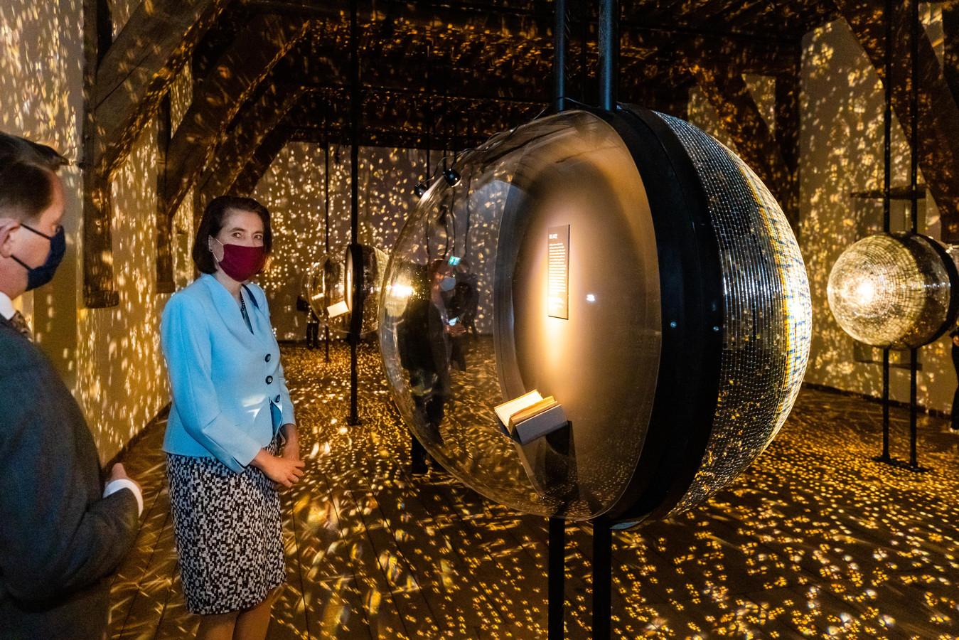De expositie over het gedachtegoed van Hugo de Groot is een lichtspektakel.
