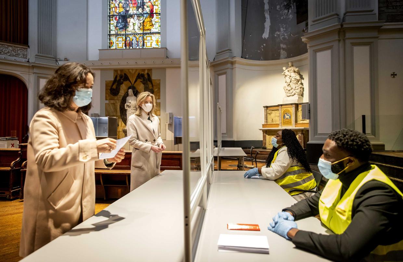 Burgemeester Femke Halsema controleert of het veilig stemmen is in kerkgebouw De Duif. Rechts demissionair minister van Binnenlandse Zaken Kajsa Ollongren. Beeld ANP