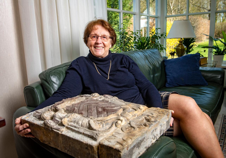 Amateur historicus Milly Westerhuis met de bijzondere, eeuwenoude steen van graaf Lodewijk van Egmond.
