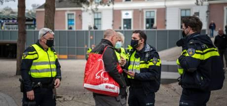Apeldoorn trekt noodverordening vanavond al in, groep van 50 mensen de stad uit gezet
