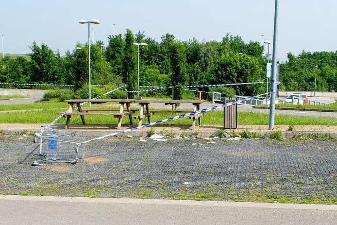Zitbanken naast de parking van Decathlon zijn afgezet met linten voor politieonderzoek.