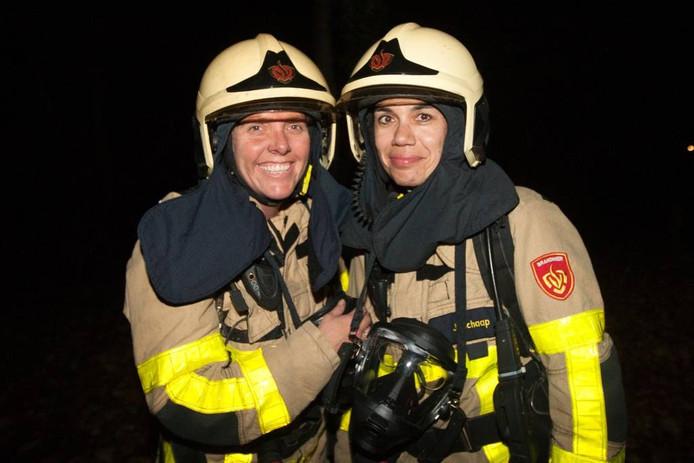 Helene van Dongen en Jet Schaap hebben het naar hun zin bij de brandweer in Voorst.