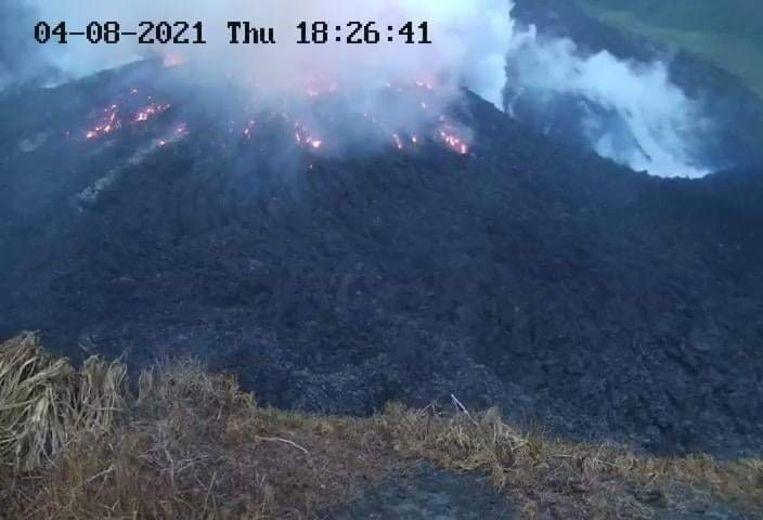 De vulkaan La Soufrière, in het noorden van Saint Vincent in de Caraïben. Beeld via REUTERS