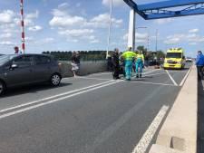 Motor botst achterop auto, traumaheli naar Nijkerkerbrug
