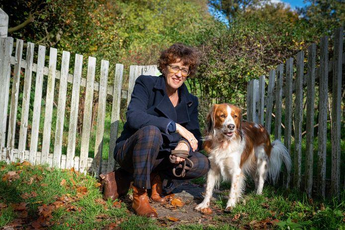 Arnhem 2910- Wilma de Cort (met haar hond Sammy) schreef verhalen over dementie / DR
