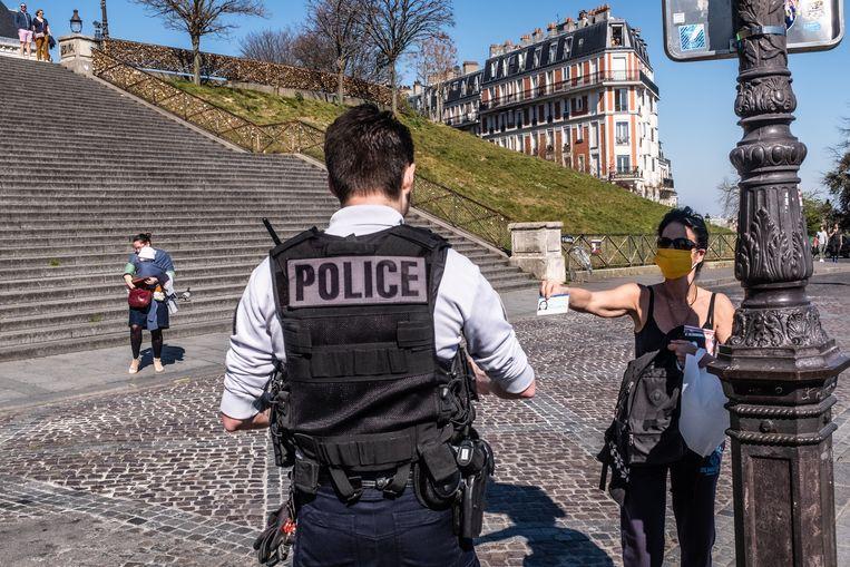 Elke Fransman die wordt gecontroleerd, moet zijn identiteitskaart tonen en een schriftelijk attest met de reden waarom hij of zij zich buiten begeeft. Beeld Joris Van Gennip