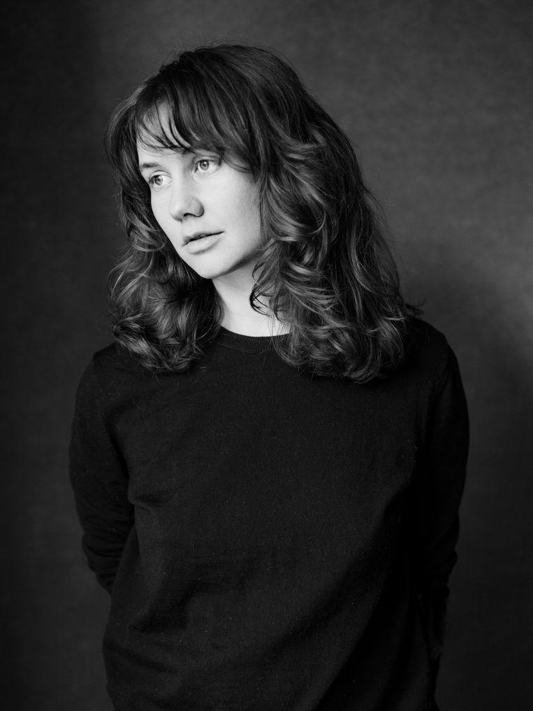 Ongetwijfeld dankzij haar achtergrond als toneelschrijver tuimelt Helena Hoogenkamp niet in de valkuil waar debutanten zo dikwijls in tuimelen. Beeld Stephan Vanfleteren