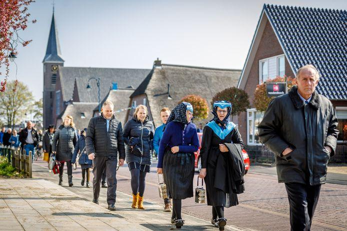 De kerkgang bij de Dorpskerk in Staphorst, waar elke zondag twee keer 2.300 mensen naar de dienst gaan.
