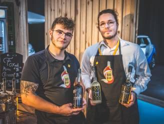 """REEKS: KLAAR OM DE WERELD TE VEROVEREN: De jenever en picon van Mathijs (21) en Nils (21) wordt thuis geleverd en gemaakt: """"Hele nacht flessenhalzen in was gedoopt"""""""