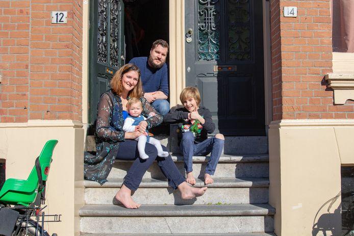 Fotograaf Petra Brouwer begon het project Bij de voordeur. Op de foto: Dax, Kim, Aidan (10), Kai (10 maanden) en Kat (14).