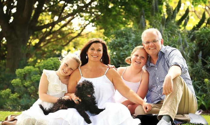 Premier Morrison, met vrouw, dochters en... twee linkervoeten.