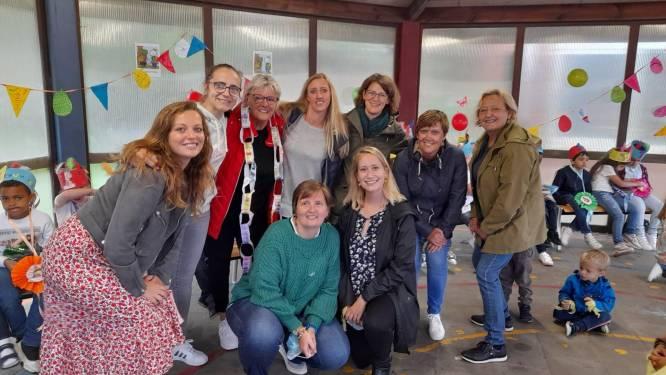 De Wonderwijzer wuift juf Brigitte uit: kinderen en collega's trakteren haar op spulletjes voor de caravan
