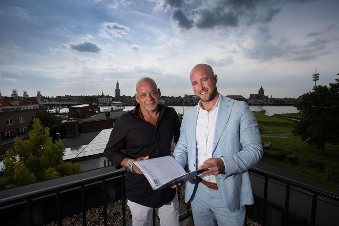 Remmert Krantz (links) van eetcafe De Bastaard  Bart Jan Gardebroek (rechts van de BJG Groep ontvouwen hun  plannen voor een nieuw evenement in Kampen dat volgend jaar augustus moet plaatsvinden.