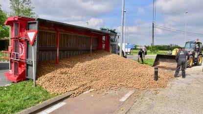 Aanhangwagen kantelt op rotonde: 15 ton aardappelen tegen de straatstenen