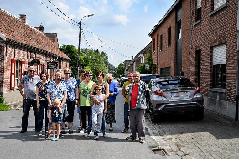 """De bewoners van Vlassenbroek begrijpen het niet. """"Al jaren parkeren we op deze manier en nu krijgt iedereen boetes""""."""
