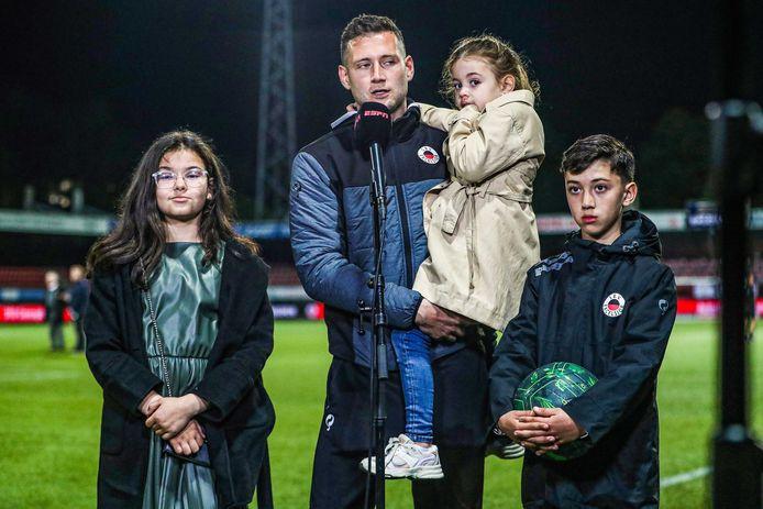 Excelsior-speler Luigi Bruins met zijn kinderen na zijn laatste wedstrijd in het betaalde voetbal.