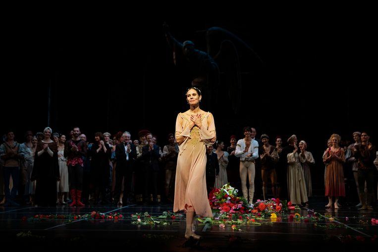 Danseres Igone de Jongh tijdens het slotapplaus van het ballet Romeo en Julia van Het Nationale Ballet.  Beeld Hollandse Hoogte /  ANP