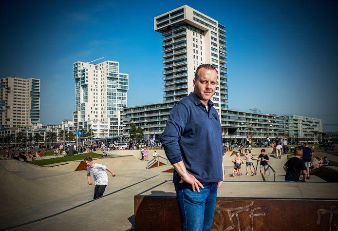 Auke Bergsma, betrokken bewoner van Nesselande. Hij woont met plezier in de Rotterdamse vinexwijk, maar vindt ook dat er nog wel wat verbeterd kan worden.