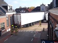 Vrachtwagen rijdt zich klem op Voorstraat in Groot-Ammers