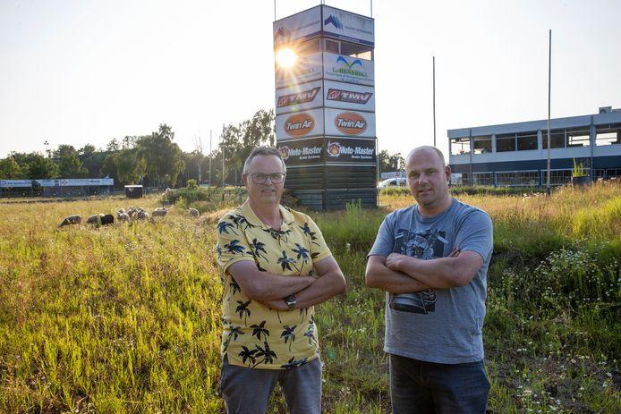 Jack Daris (l) en Edwin van Ham (r) van MVV Valkenswaard op het bekende zandcircuit, dat inmiddels vol staat met onkruid. Op de achtergrond lopen schapen.