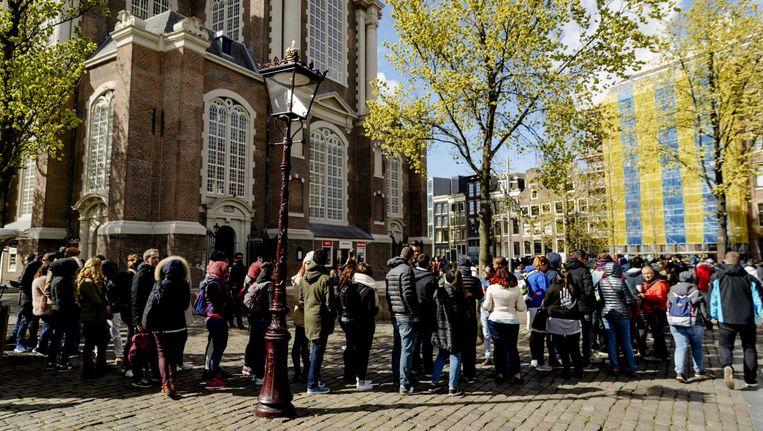 De rij wachtenden voor het Anne Frank Huis loopt door de drukte regelmatig om de Westerkerk heen Beeld ANP