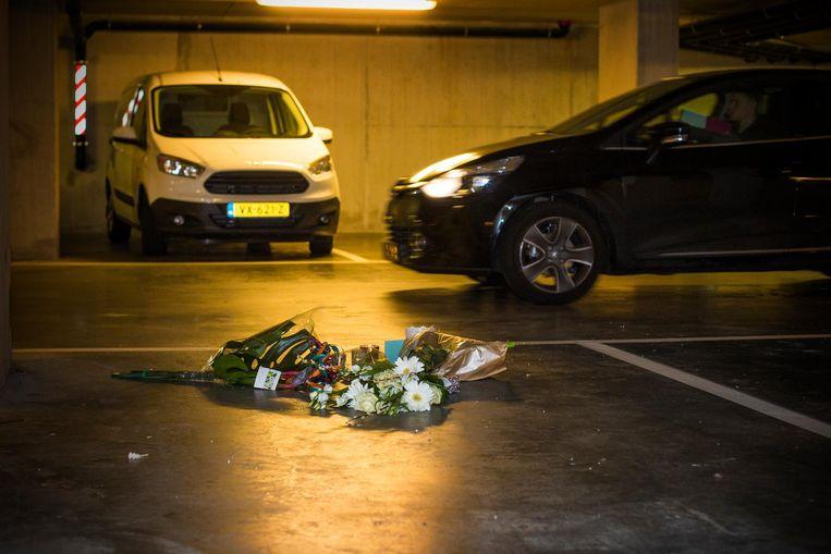 Bloemen op de plaats van de moord Beeld Maarten Brante
