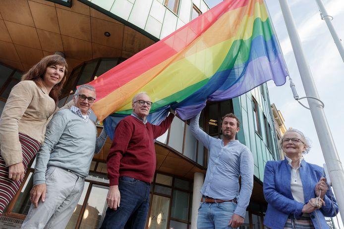 De gemeente Zutphen sloot zich ruim twee jaar geleden aan bij de groep Regenbooggemeenten. Er is volgens burgemeester Annemieke Vermeulen meer nodig dan alleen die symbolische vlag.