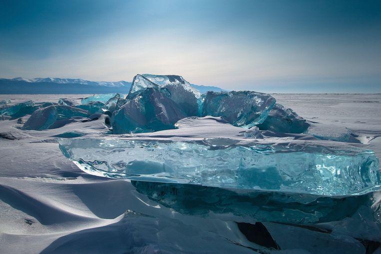 Natuurlijk gevormde ijsblokken vormen het decor van het Russische Baikal-meer. De blokken, genaamd ijs- hummocks ontstaan als gevolg van extreme weersomstandigheden. Door ijskoude temperaturen en felle wind beginnen de ijsschotsen te bewegen en wordt vers ijs laag op laag aangemaakt. Een ijsblok kan een hoogte van 15 meter aannemen. Beeld Brunopress