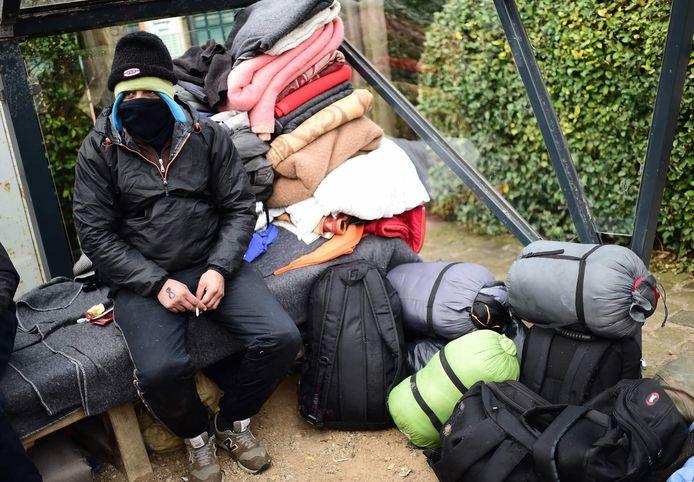 Vluchtelingen kamperen in een park in Zeebrugge.