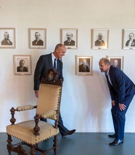 Oldenzaal krijgt antieke 'sinterklaasstoel' van oud-burgemeester Gijsbert Waller in bruikleen