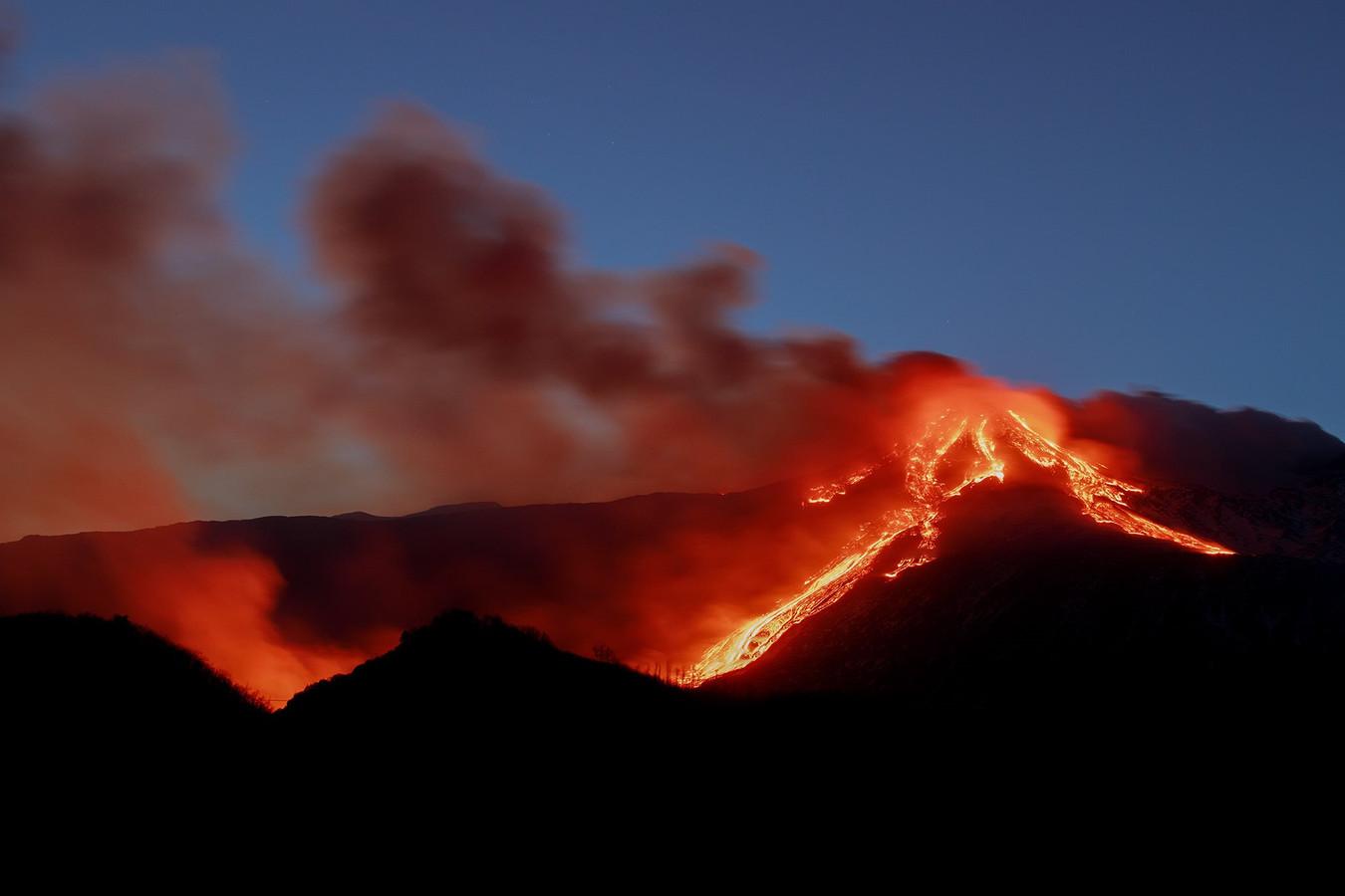 Des cendres volcaniques mélangées à des pierres volcaniques ont investi la ville de Catane.
