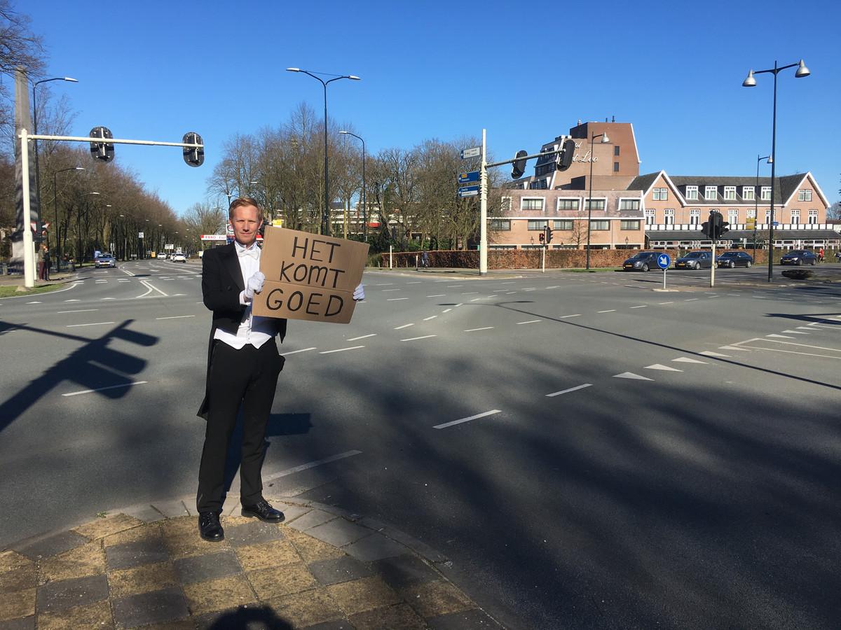 Christiaan Jelsma steekt passanten in Apeldoorn een hart onder de riem tijdens de coronacrisis. Het komt goed!