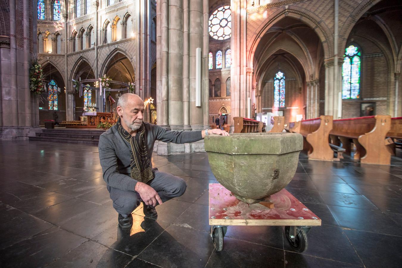 Laurens Mulkens met het doopvont in de Catharinakerk.