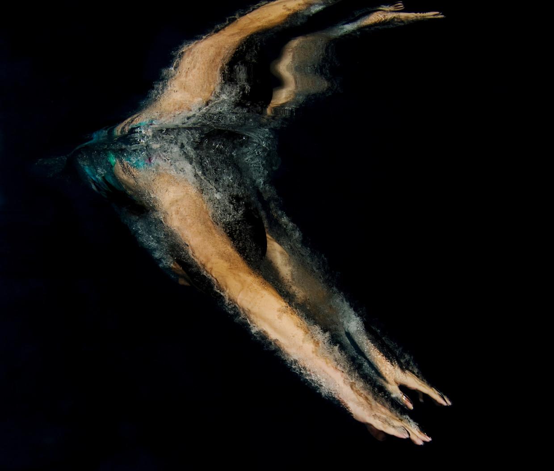 Wegduiken en opduiken uit een zwembad wijzen op reiniging als motief, maar is onvoldoende om de lezer mee te slepen.