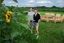 Yvonne Christiaensen (l) en Hanne Pauwels starten net over de grens een pop-up-graanbar in een graancircel tussen maïs zonnebloemen.